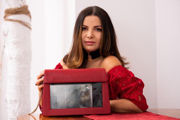 Life.ro: Rusanda Davideanu, de la fata cu dragoste de cărți la inventatoarea Bookletta, geanta care scoate cultura la vedere